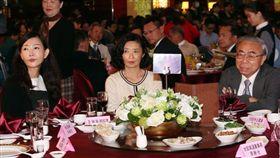 長庚董座王瑞慧的姊姊王瑞華(中)、王瑞瑜(左)/鏡週刊