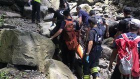 警消人員利用人力搬運方式將李男送上救護車。(圖/翻攝畫面)