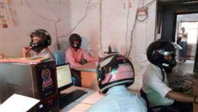 水泥,建築,危樓,印度,公務員,安全帽 圖/翻攝自環球網