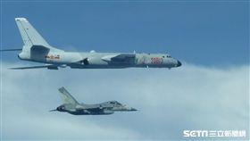 進防空識別區?轟六旁經國號戰機戒備 國防部提供