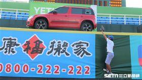 陳俊秀打擊練習擊中桃園棒球場外野汽車。(圖/記者王怡翔攝)