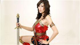 日本AV女優Julia扮演神秘女超人仍然性感。(記者邱榮吉/攝影)