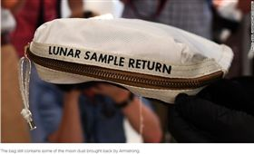 裝有月球灰塵的袋子以180萬美元(6000萬台幣)賣出。(圖/翻攝自CNN)