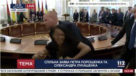 半裸少女鬧場.白俄羅斯.烏克蘭簽約(圖/翻攝自YouTube-112 Украина頻道)