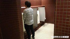 男子、廁所、男廁、尿尿、上廁所、小便斗