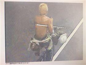 監視器錄下一名金髮遊民騎著單車路過,隨後卻變成騎著檔車離去。(圖/翻攝畫面)