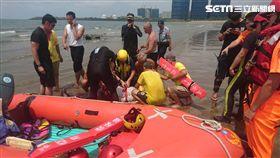 警消人員將郭翁救上岸。(圖/記者游承霖攝)