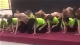 「某公司員工跪地狂搧自己耳光」影片在微博瘋傳。(圖/翻攝自秒拍)