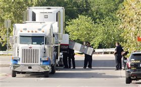 ▲德州人口走私卡車熱如烤箱 9死17危急。(圖/路透社/達志影像)