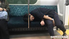 醉倒在電車示意圖/記者雷明正攝