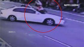 機車擦撞急煞「翹孤輪」 後座女子翻滾摔車蓋