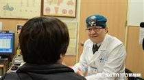 台北慈濟醫院耳鼻喉科醫師蘇旺裕說,經由專科醫師的細心目視篩檢,口腔癌檢查正確率高達八、九成以上。(圖/台北慈濟醫院提供)