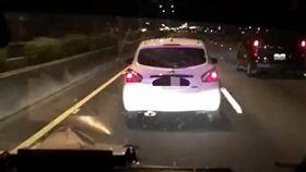 白色轎車無論後方救護車廣播、閃燈街不為所動。(圖/翻攝畫面)