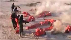 利比亞國民軍的劊子手抓到IS成員後,在一處空地集體槍決IS成員。(圖片取自每日郵報)