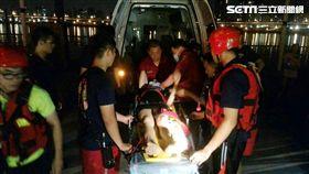 喬女因感情受創先吞藥再跳河自殺,黃姓警員卸下裝備,隨即跳下水面救人,並用接力方式將人拉至岸邊,所幸送醫後並無大礙(翻攝畫面)