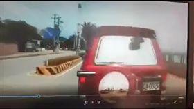 紅色轎車從外側車道鑽出並刻意緊急煞車,惡意逼車。(圖/翻攝畫面)