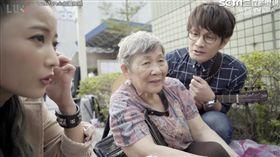 羅文裕、黃美珍幫助婆婆賣花。