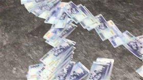 灑錢 翻攝自(Dcard)