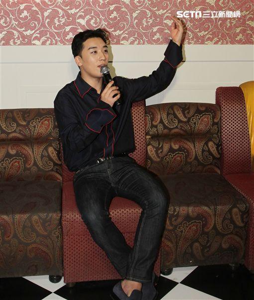 韓國傳奇天團BIGBANG勝利來台參展。(記者邱榮吉/攝影)