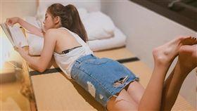 16:9 不要歪頭看!周曉涵買這件新窄裙 危險邊緣破洞好誘人 圖/翻攝自周曉涵臉書 https://www.facebook.com/amanda.chouuu/posts/10154691838766700