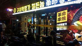 「革命家」韓式炭火燒烤店發生一氧化碳中毒事件,警消獲報趕抵現場,先將三名女性送醫救治,同時疏散現場員工及顧客,至於中毒原因仍待警消進一步釐清(翻攝畫面)