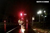 員警攙扶女子緩步走上巡邏車。(圖/翻攝畫面)