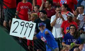 ▲球迷高舉Beltre的2999安打加油牌。(圖/美國職棒官網)