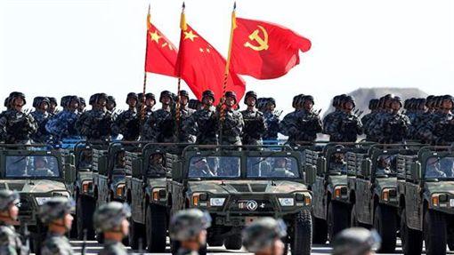 共軍閱兵黨旗先於國旗 大陸網友批違法(圖/新華網)