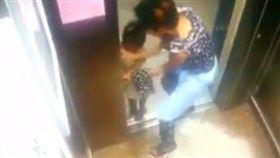 女童搭電梯 手被電梯門夾進去/SG Kay Poh臉書
