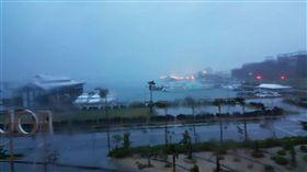 澎湖雷雨閃電交加 白晝宛如黑夜澎湖受到颱風環流與西南氣流影響,從30日晚間開始雨勢不停,澎湖本島與望安東吉島等雨量,均累積破100毫米,陣雨或雷雨還在持續。/中央社