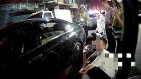 警方將2名竊嫌上銬逮捕。(圖/翻攝畫面)