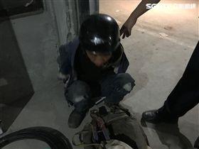 警方當場人贓俱獲將2嫌逮捕。(圖/翻攝畫面)