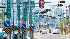 台南,紅綠燈,紅燈,罰單,路口,騎車,等待 (圖/翻攝自爆料公社)