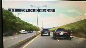 休旅車擦撞一旁機車。(圖/翻攝畫面)