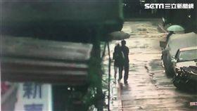 林男下班回家時,瞥見黃女酒醉路倒騎樓前,他原先好意上前攙扶,卻眼尖發現對方皮包內有薪資袋,一時心生歹念竊走38000元,警方獲報後循線追查,一舉將林男逮捕到案(翻攝畫面)