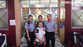 有「萬華全智賢」之稱的女警連盈智,協助8歲的翟姓男童聯繫上父親,並請對方親自前來接回小孩(翻攝畫面)