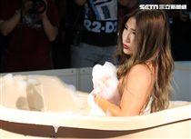 第六屆TAE台灣成人博覽會內容精采包括AV女優大膽與粉絲互動、泡泡浴、鋼管秀、舞孃等等。(記者邱榮吉/攝影)
