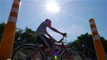 -天氣-高溫-炎熱-紫外線-陽光-戶外-腳踏車-曝曬- 圖/中央社