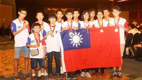 (IMC,數學,競賽,台灣,金牌,銀牌,銅牌,學生) 台灣IMC國際數學競賽獲12金23銀50銅 2017年IMC國際數學競賽頒獎,台灣學子表現優秀,共 獲12金、23銀、50銅,圖為榮獲金牌的學生上台領獎。 中央社記者黃自強新加坡攝 106年8月6日