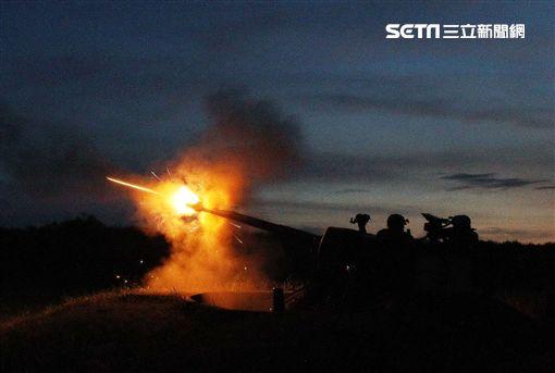 空軍防砲部隊最近實施天兵系統三五快砲對空夜間實彈射擊,由雷達搜索鎖定,帶引快砲發射高爆燃燒曳光彈命中拖靶。(記者邱榮吉/屏東枋山拍攝)