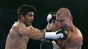 印度拳擊手辛格(Vijender Singh,左)與中國拳擊手麥麥提艾力(Zulpikar Maimaitiali,右)。(圖/美聯社/達志影像)