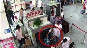 可怕…客運站過安檢驚見斷手 男子淡定:把哥哥的手帶回家 圖/翻攝自微博