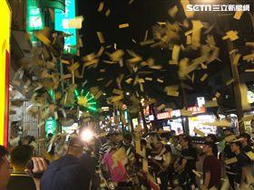 民眾在現場撒冥紙抗議。(圖/翻攝畫面)