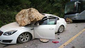 四川阿壩州九寨溝縣漳扎鎮301省道,有落石堵住風景區道路,還有車輛被巨大落石砸中。(圖/翻攝自環球網)