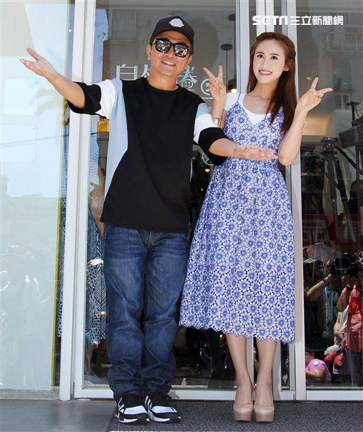 綜藝天王吳宗憲和女兒Sandy(吳姍儒)高興宣布新的墨西哥捲餅店開幕,將捲餅送給粉絲。(記者邱榮吉/攝影)