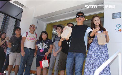 綜藝天王吳宗憲和女兒Sandy(吳姍儒)開心宣布新的墨西哥捲餅店揭幕,將捲餅送給粉絲。(記者邱榮吉/攝影)