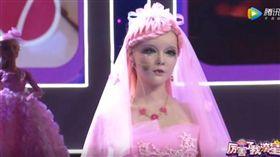 翻攝自YouTube《socialmedia queen》芭比娃娃,大陸,充氣娃娃,整形,厲害了我滴星,娃娃,迪麗拉,娃娃