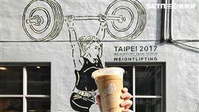 世大運塗鴉畫作現牆上 快去路易莎咖啡打卡啦!(圖/翻攝路易莎咖啡臉書)
