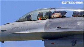 F-16戰機變採買機! 飛官違規夾帶麻糬上機(圖/翻攝網路)