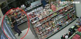 警方發現何姓女車手密集地在新店地區超商、金融機構ATM提款。(圖/翻攝畫面)